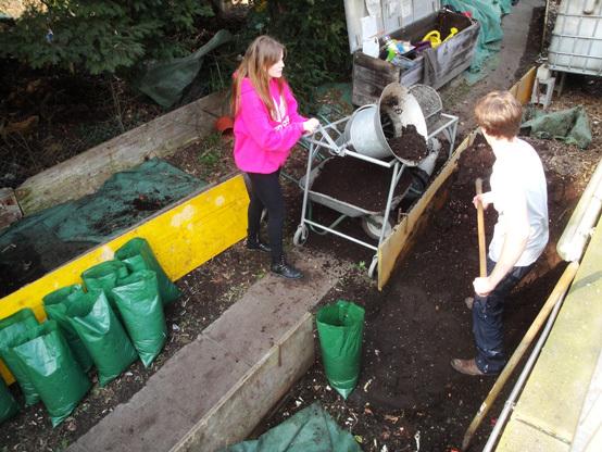 Die reife Komposterde wird gesiebt und für den Verkauf bereit gestellt.