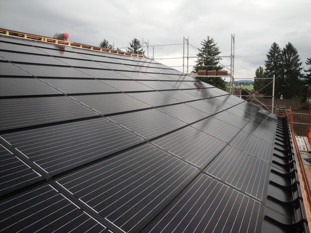 Die Fotovoltaikanlage auf der Turnhalle Neusatz