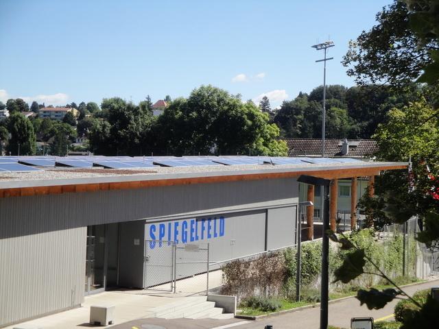 Die Fotovoltaikanlage auf dem Garderobengebäude Spiegelfeld